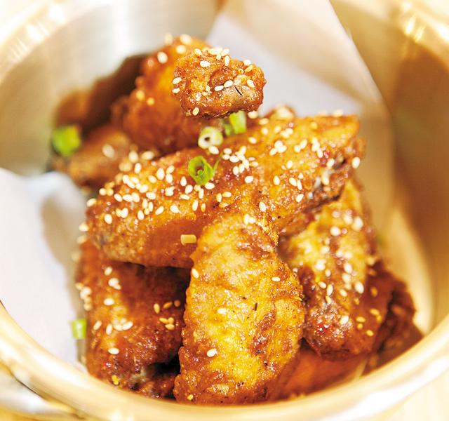 Ultra-crispy chicken wings. Photo by Hubert Bonnet