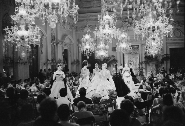 Sfilata (fashion show) in Sala Bianca, 1955. Photo by G.M. Fadigati © Giorgini Archive, Florence